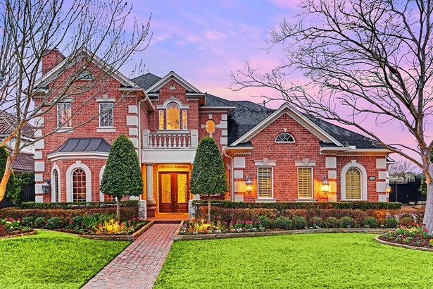 11406 Chartreuse is a 6,262 SF home in guard gated Royal Oaks. It sits on a 16,192 SF professionally landscaped lot. (photo 3)