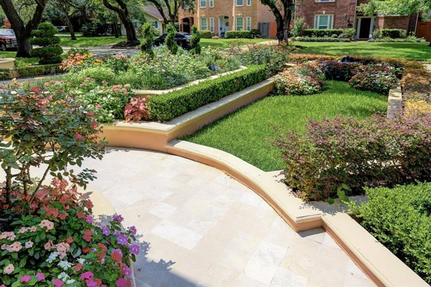 WOW all of your guests with the beautiful landscaping that this home has to offer. (photo 3)