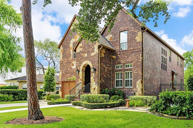 Beautiful brick traditional custom built home situated on an 8100 sq ft lot (HCAD) on the 4500 block inside The Loop in Belliare! (photo 1)