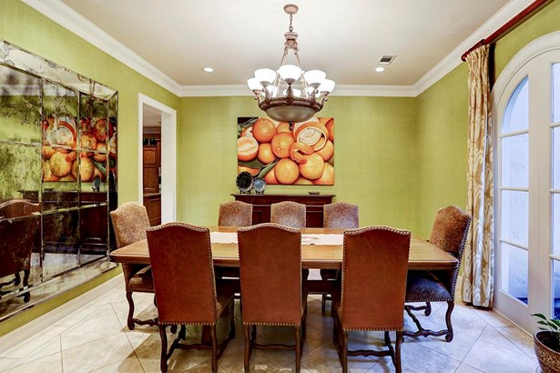 This very spacious dining room is perfect for all of your future dinner parties! (photo 4)