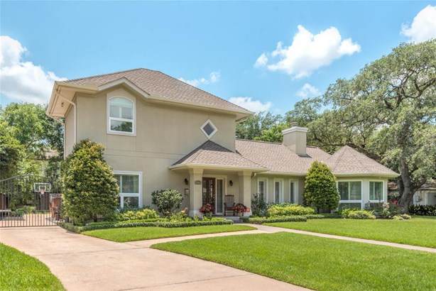 Great curb appeal with well-manicured front lawn and gated wide driveway. Beautiful home, and no HOA! (photo 1)