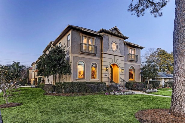 Beautiful landscaping surrounding this corner lot in the heart of Bellaire. (photo 2)