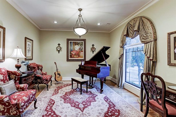 Large Formal Living Room with hardwood floors, crown molding, large windows for great natural light. (photo 4)
