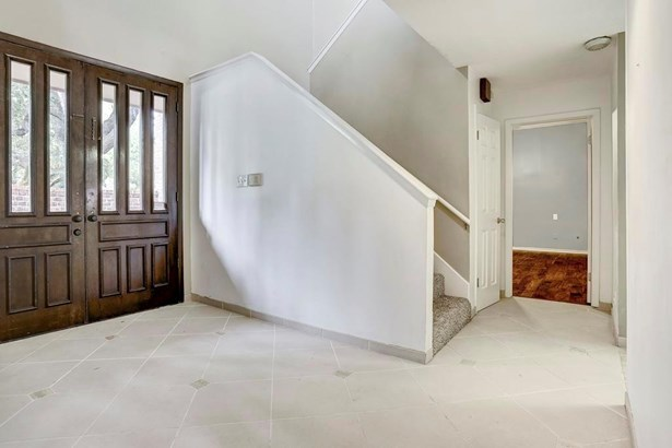 The front foyer has an impressive two-story entrance, while offering privacy with no open views of the home s other rooms. (photo 4)