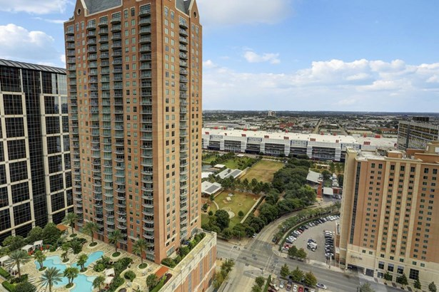 """""""The Four Seasons"""" One of the most sought after high-rises in Downtown Houston. (photo 2)"""