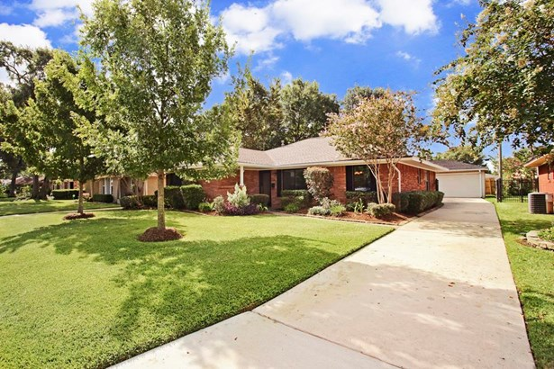 Welcome home to 6547 Cindy Ln in the heart of deed-restricted Timbergrove Manor. Excellent curb appeal w/extensive landscaping completed in Sept 2016. New driveway and drainage was added by previous owners, as well as the automatic driveway gate. (photo 1)