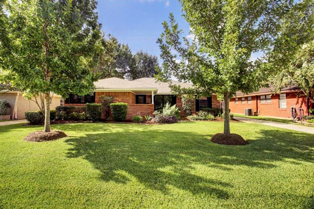 The home sits on a wonderful lot (8775 sf per HCAD). Beautifully landscaped w/sprinkler system. (photo 2)