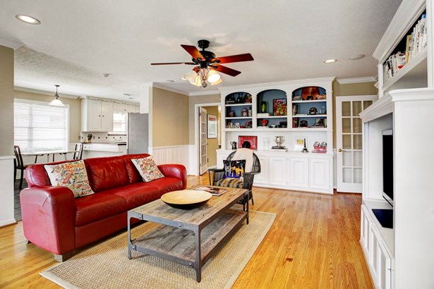 Another view of the family room/den facing the breakfast room/kitchen. Perfect floor plan for entertaining. (photo 5)