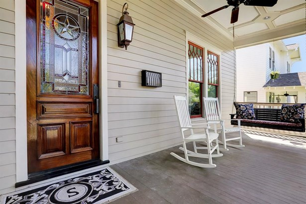 Inviting covered front porch and decorative stained glass front door (photo 2)