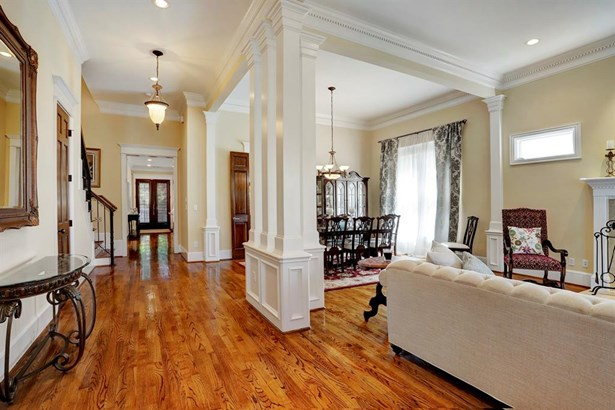 Great open floor plan and beautiful dentil crown molding throughout (photo 5)