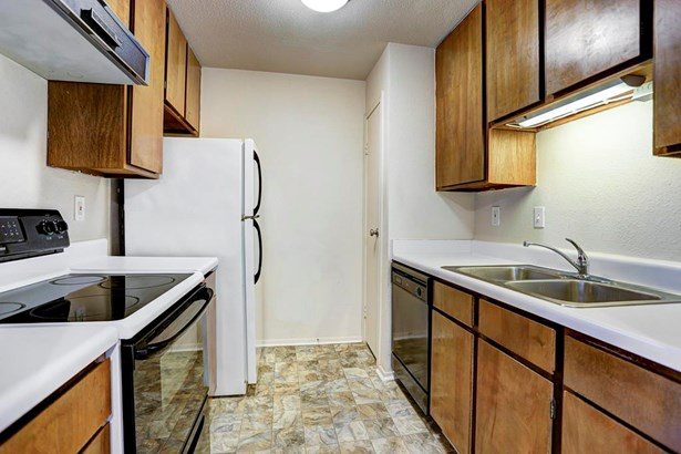 Kitchen with refrigerator included (photo 4)