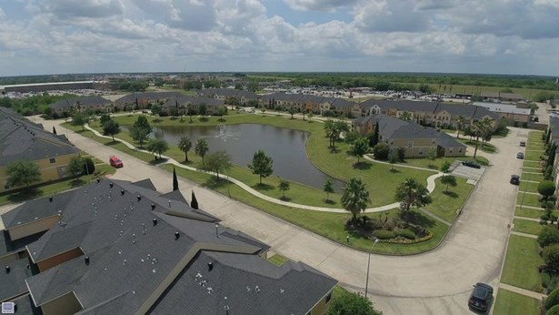 Lakes of Parkway townhome section. (photo 5)
