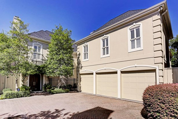 You have three cars? No problem! For your convenience spacious 3 car garage. (photo 2)