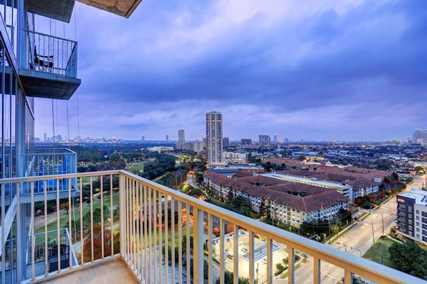 Sweeping views from the balcony - all the way from Galleria, Greenway, Med Ct, to Downtown and east to the Port of Houston. (photo 3)