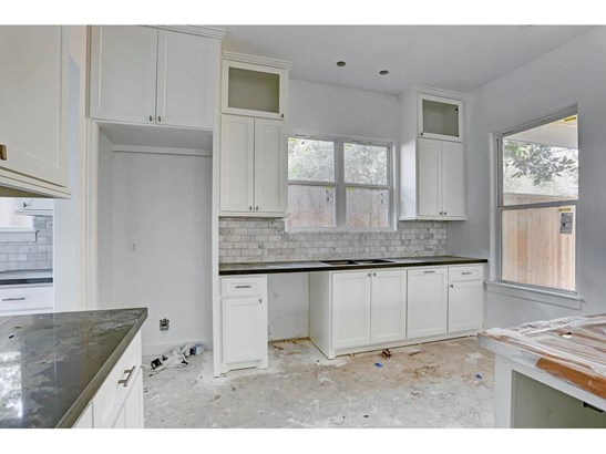 Open kitchen with large island. Photos: 9/27 (photo 5)