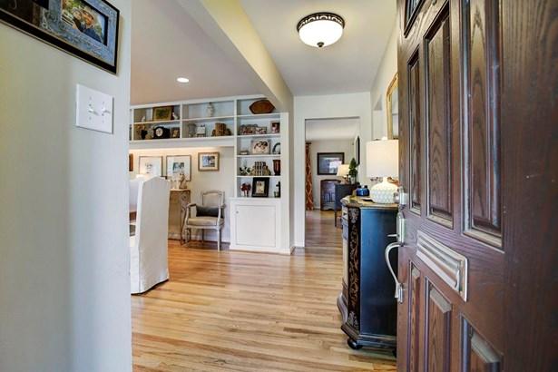 Beautiful hardwood floors and warm colors welcome you home. (photo 3)