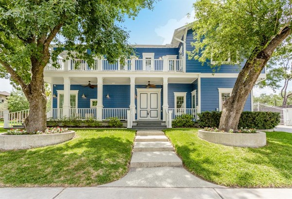 Exceptional quality custom built, coastal-style home with quarters, situated on a quiet corner lot in Braeswood Place just minutes away from the Medical Center & Downtown! Additional 639 square feet not included in main house includes 477 sq. ft. in detac (photo 1)