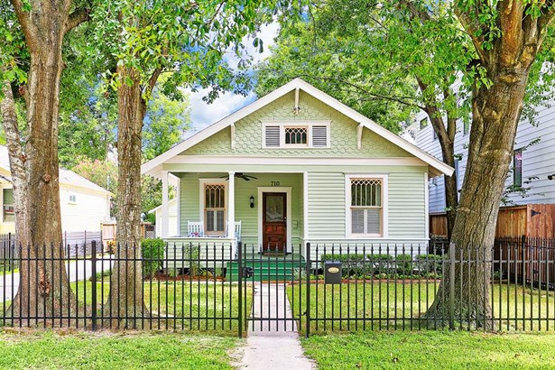 Great looking Heights 2 bedroom/2 bath bungalow with large lot size of 6,250 square feet, and two car garage. Zoned to Harvard Elementary, stellar location on tree lined street and walking distance to so many fun venues. This one is a winner! (photo 1)