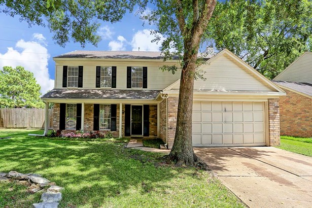 Wonderful home located on a cul-de-sac with an oversized lot. Covered porch and fresh interior paint . (photo 1)
