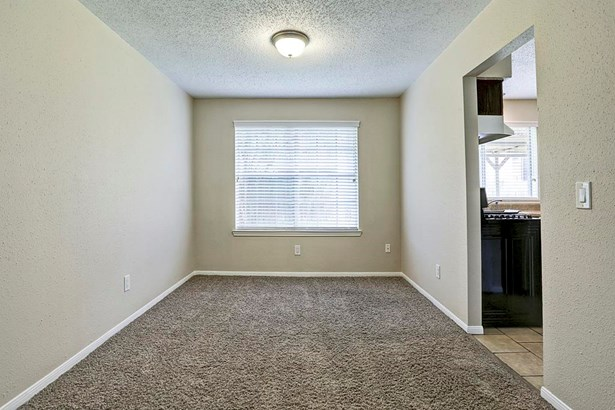Dining room overlooks large backyard. Neutral colors. (photo 2)