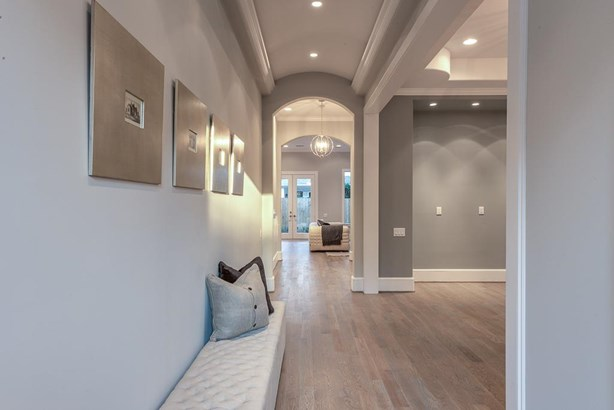 Entry foyer with a barreled ceiling and luxurious lighting. (photo 4)