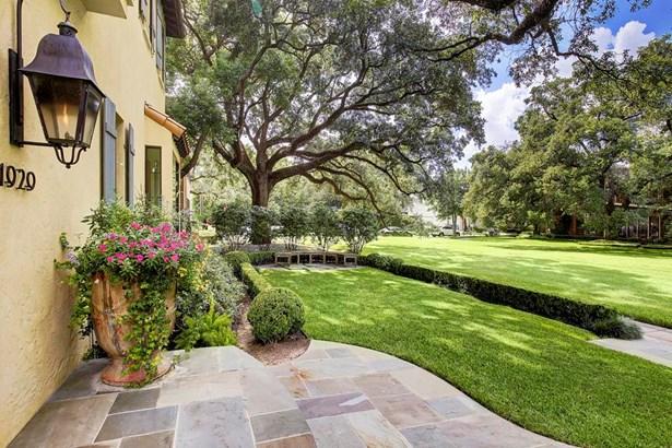 Beautiful oak filled courtyard enclave located in prestigious River Oaks (photo 2)