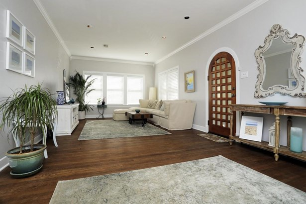 Second view of the spacious living area. (photo 4)