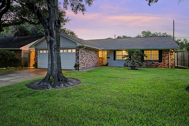 Charming single family home features large yard with mature and low maintenance landscaping greeting guest as they enter the home. (photo 1)