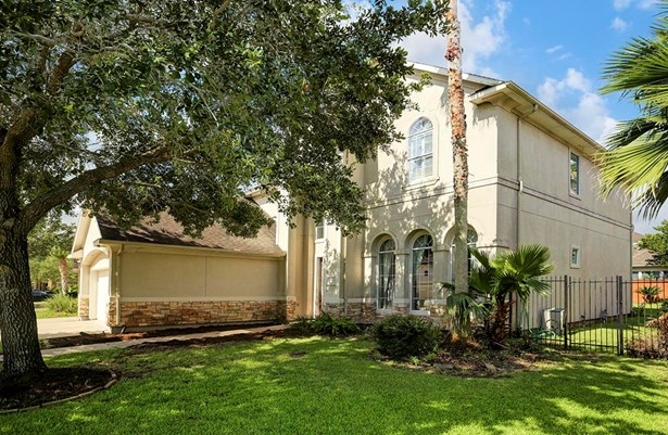 This lovely home is located on a quiet cul-de-sac street in a beautiful Sugar Land neighborhood filled with lakes. Community amenities include a clubhouse, pool, tennis courts and walking trails. (photo 1)