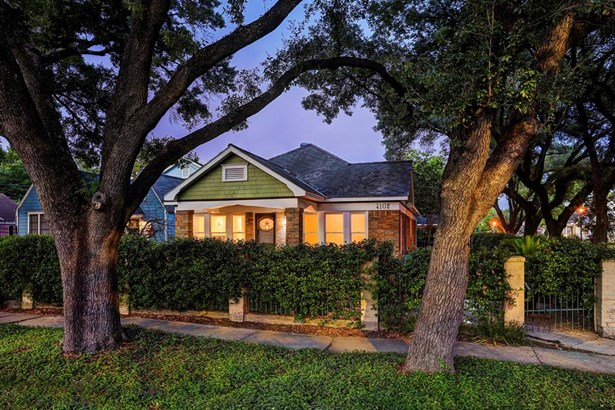 This classic Heights bungalow has a iron and natural jasmine fence surrounding the property. (photo 4)