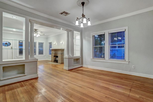 The home is walkable to the park and features the most impressive oaks (photo 5)