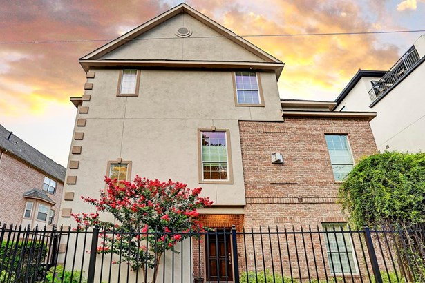 Well maintained museum district/med center townhouse with stucco and brick exterior (photo 1)