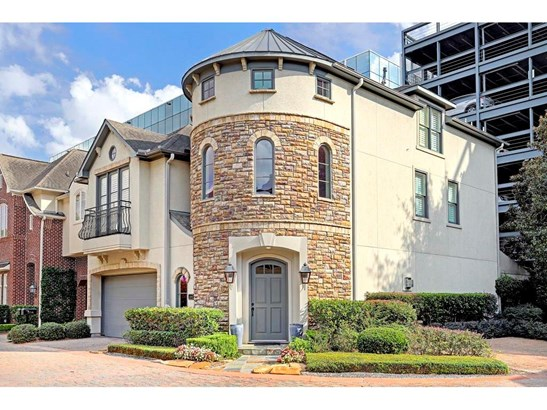 Elegant free standing corner patio home with private rear patio in a gated community (photo 1)