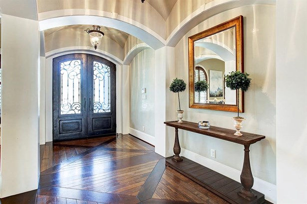 The entry into the home is filled with curved archways and natural light. (photo 3)