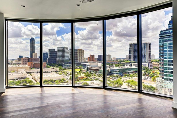 The Astoria offers full concierge services , valet and world class finishes and resident entertainment areas. (photo 1)