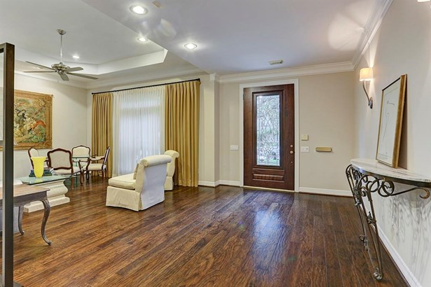 Spacious foyer opens to the formal living room. (photo 3)