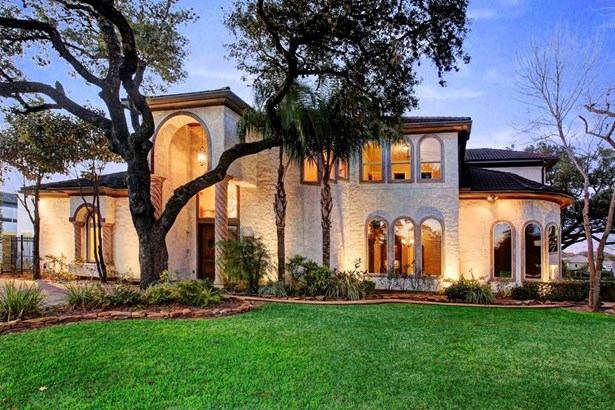 Welcome to your oasis in the middle of Houston! Beautifully situated on a large corner lot. (photo 1)