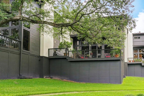 Beautiful townhouse gently nestled in the gated community of Lake Vargo offers stunning views and a sense of tranquility, making it the ideal retreat from the city. (photo 1)
