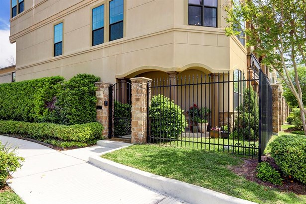 Corner Unit in a great community with a fenced and professionally landscaped front patio (photo 1)