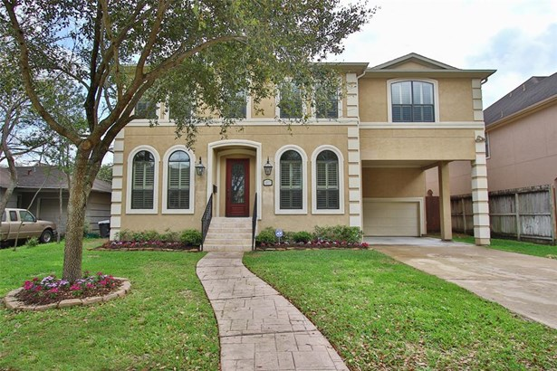 This home has beautiful features. Triple crown moldings, travertine floors downstairs and hardwood floors on stairs with travertine risers and gorgeous wrought iron stairs, Beautiful wall of windows overlooking pool & heated spa with fire bowls. Large roo (photo 1)