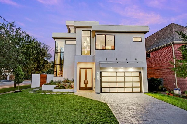 Located on a corner 8,300+sqft lot, gorgeous home with amzing curb appeal. (photo 2)