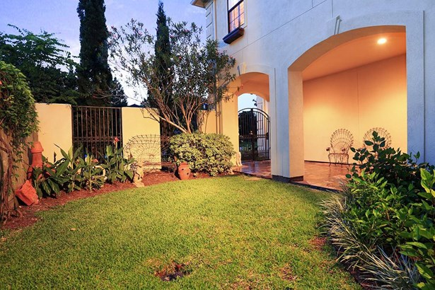 The side yard and entry of the house gives you plenty of green space for pets, play or outdoor furniture. (photo 3)