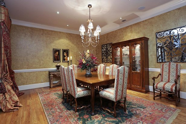 The dramatic entrance flows perfectly into the formal dining room and then to the formal living room, perfect for special entertaining or everyday living. (photo 4)