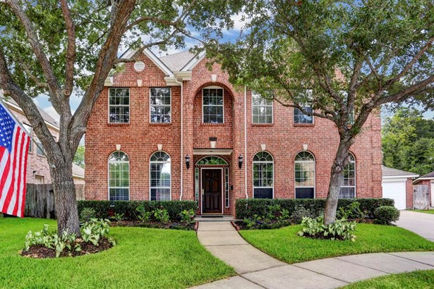 Tucked away on a quiet cul-de-sac in Bellaire, you won t want to miss this beautiful brick traditional home! (photo 1)