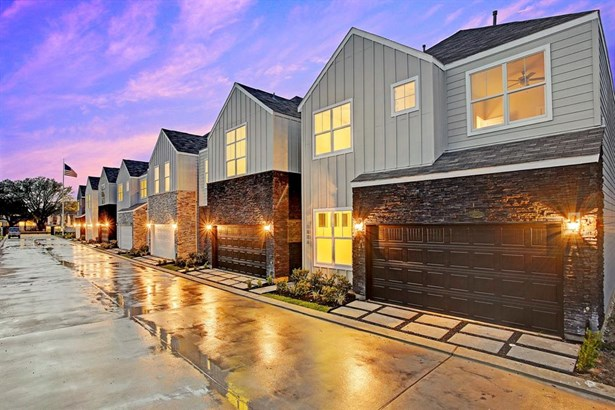Community perspective of Hollister Park. The well positioned community in Spring Branch features designated guest parking and communal outdoor areas. (photo 4)