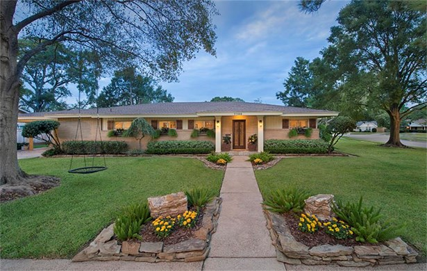 Welcome to 7700 Meadowglen in popular Briarmeadow. Please note that this home did NOT FLOOD during Harvey, per sellers. This is a lovely ranch style home set on a beautifully landscaped inner neighborhood corner lot. (photo 1)