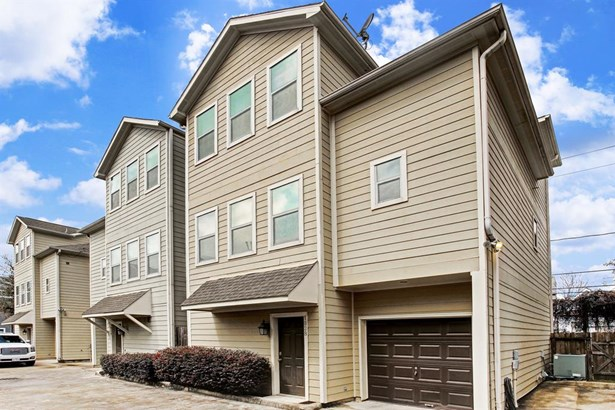 This lovely home offers direct access to Downtown, UHD, Rice University, Texas Medical Center, Museum District and NRG Stadium via the MetroRail Red Line only a few blocks away. (photo 2)