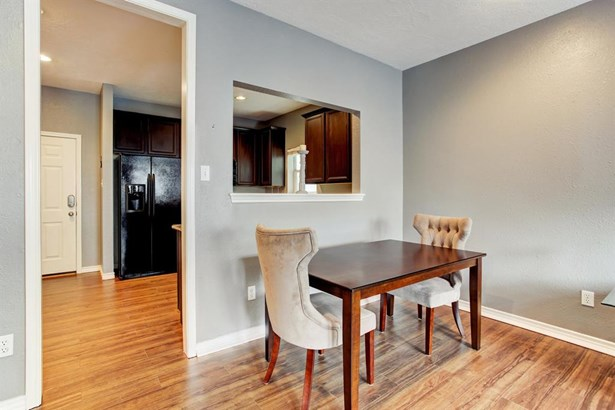 Dining area offers abundant space to accommodate family and friends. (photo 5)