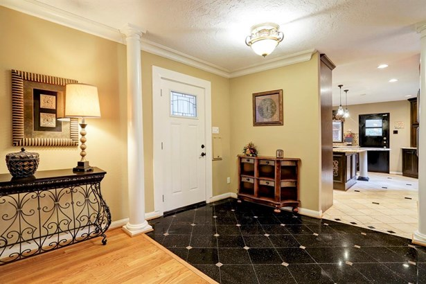 The entry welcomes you with its warm colors and beautifully accented flooring. (photo 3)