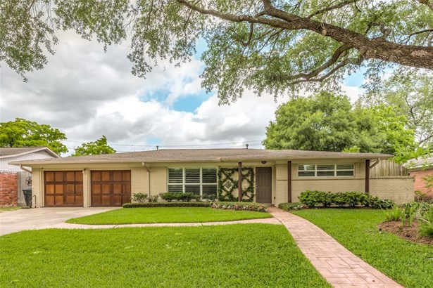 This mid-century ranch in Willow Meadows offers 3 bedrooms, 2 baths & pool-sized back yard! Great curb appeal makes a great first impression! (photo 1)